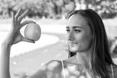 Aanbiddelijk en de gezonde vrouw houdt groene appel Het geheim van haar schoonheid is gezonde voeding Meisjes het op dieet zijn o royalty-vrije stock foto's