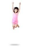 Aanbiddelijk en gelukkig weinig Aziatisch meisje die in lucht springen royalty-vrije stock afbeelding