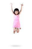 Aanbiddelijk en gelukkig weinig Aziatisch meisje die in lucht springen Stock Afbeelding
