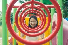 Aanbiddelijk en Vakantieconcept: Leuk weinig kind grappig voelen en geluk op speelplaats royalty-vrije stock afbeelding