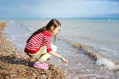 Aanbiddelijk gelukkig meisje op strandvakantie stock afbeeldingen