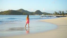 Aanbiddelijk gelukkig meisje op wit strand die en van haar vakantie lopen genieten stock video