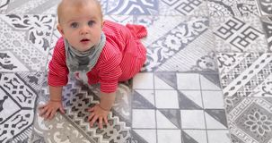 Aanbiddelijk jong geitje in rode pyjama's die op vloer kruipen stock footage