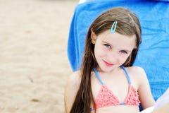 Aanbiddelijk jong geitjemeisje die pret op strand hebben stock afbeelding