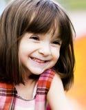 Aanbiddelijk jong kind dat buiten speelt stock foto