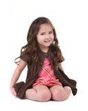 Aanbiddelijk Jong Kind dat en op Haar Kn glimlacht zit stock fotografie