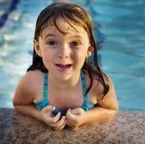 Aanbiddelijk jong kind dat pret op vakantie heeft royalty-vrije stock foto's