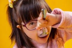 Aanbiddelijk jong meisje met bruine ogen die met benedensyndroom lijden stock afbeeldingen