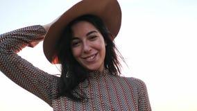 Aanbiddelijk jong meisje met hoed het glimlachen het stellen bij camera stock footage