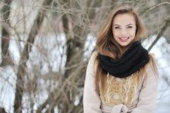 Aanbiddelijk jong meisjesportret in de winter Stock Afbeeldingen
