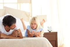 Aanbiddelijk kind dat bespreking met haar vader heeft Royalty-vrije Stock Afbeeldingen