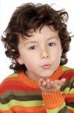 Aanbiddelijk kind dat een kus verzendt stock foto