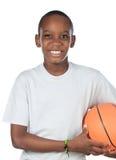 Aanbiddelijk kind dat het basketbal speelt stock foto