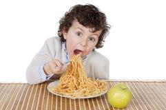 Aanbiddelijk kind hongerig op het tijdstip van het eten Royalty-vrije Stock Afbeeldingen