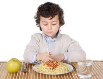 Aanbiddelijk kind hongerig op het tijdstip van het eten Stock Afbeeldingen
