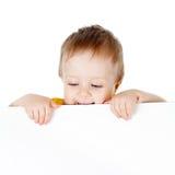 Aanbiddelijk kind met lege reclamebanner stock afbeelding