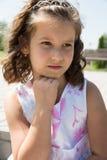 Aanbiddelijk kindmeisje met bloem De zomer groene aard stock fotografie