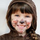 Aanbiddelijk kindmeisje met geschilderd gezicht stock foto
