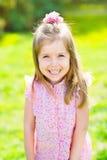 Aanbiddelijk lachend meisje met lang blond haar stock foto