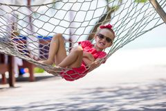 Aanbiddelijk meisje bij het tropische vakantie ontspannen Royalty-vrije Stock Foto
