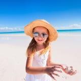 Aanbiddelijk meisje bij strand Royalty-vrije Stock Foto