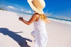 Aanbiddelijk meisje bij strand Royalty-vrije Stock Foto's