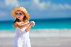 Aanbiddelijk meisje bij strand Stock Fotografie
