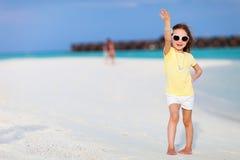 Aanbiddelijk meisje bij strand Stock Foto's