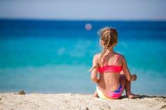 Aanbiddelijk meisje bij tropisch strand tijdens vakantie royalty-vrije stock foto