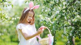 Aanbiddelijk meisje in bloeiende appeltuin op mooie de lentedag stock video