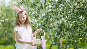 Aanbiddelijk meisje in bloeiende appeltuin op mooie de lentedag stock videobeelden