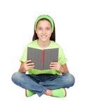 Aanbiddelijk meisje dat een boek leest stock fotografie