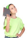 Aanbiddelijk meisje dat een boek leest stock afbeeldingen