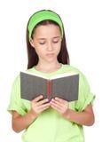 Aanbiddelijk meisje dat een boek leest royalty-vrije stock foto