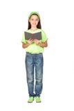 Aanbiddelijk meisje dat een boek leest royalty-vrije stock foto's
