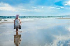 Aanbiddelijk meisje die op het water op het strand lopen stock afbeeldingen