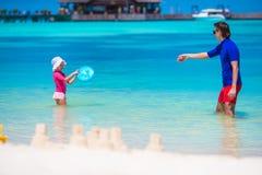 Aanbiddelijk meisje en het gelukkige papa spelen met Stock Afbeelding