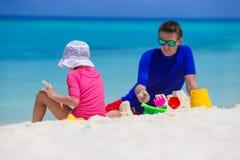 Aanbiddelijk meisje en het gelukkige papa spelen met Stock Foto's