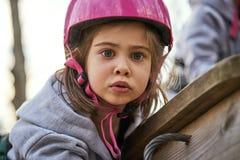 Aanbiddelijk meisje in helm bij de speelplaats royalty-vrije stock afbeeldingen
