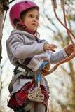 Aanbiddelijk meisje in helm in kabelpark in bos royalty-vrije stock fotografie