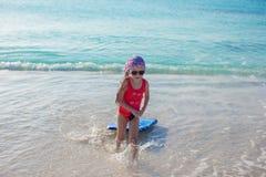 Aanbiddelijk meisje in het overzees op tropisch strand Royalty-vrije Stock Afbeeldingen