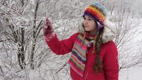 Aanbiddelijk meisje met ijzige takken op de winterbos stock videobeelden
