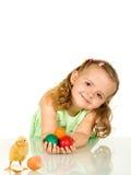 Aanbiddelijk meisje met paaseieren en kip Royalty-vrije Stock Afbeeldingen