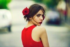 Aanbiddelijk meisje met rode lippen, make-up op leuk, jong gezicht stock afbeeldingen