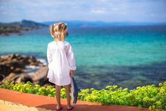 Aanbiddelijk meisje in openlucht tijdens de zomer Stock Fotografie