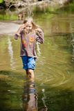 Aanbiddelijk meisje in rivier op zonnige dag Royalty-vrije Stock Foto
