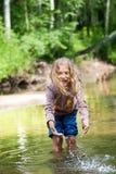 Aanbiddelijk meisje in rivier op zonnige dag Stock Foto