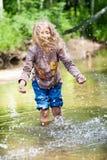 Aanbiddelijk meisje in rivier op zonnige dag Stock Foto's