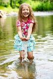 Aanbiddelijk meisje in rivier op zonnige dag Stock Fotografie