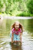 Aanbiddelijk meisje in rivier op zonnige dag Stock Afbeeldingen